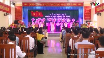 Đồng chí Chủ tịch UBND tỉnh Đỗ Đức Duy trao Bằng công nhận đạt chuẩn nông thôn mới cho xã Hồng Ca, huyện Trấn Yên