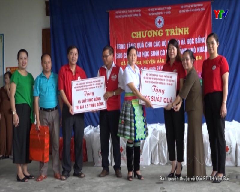 Hội Chữ thập đỏ huyện Thường Tín (Hà Nội) tặng quà tại huyện Văn Chấn